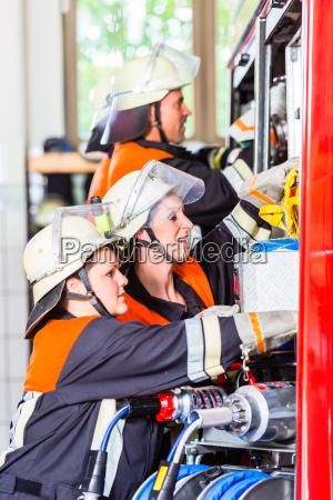 vigili del fuoco che attaccano tubo