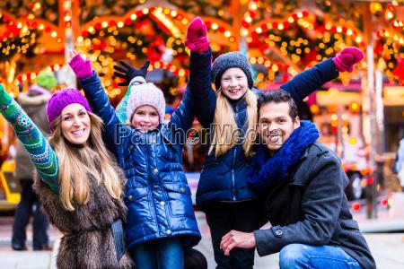 famiglia divertirsi sul mercato di natale