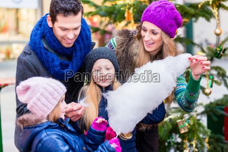 famiglia che mangia caramella di cotone