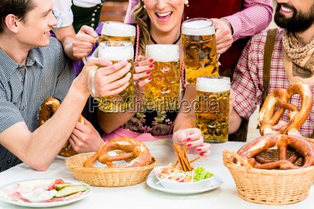 in beer garden amici bere birra