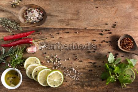 bodegon con especias y hierbas