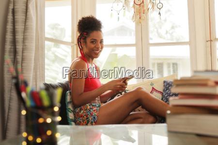 giovane donna che tessera sul telefono