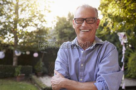 portraet af modne mand i baghave