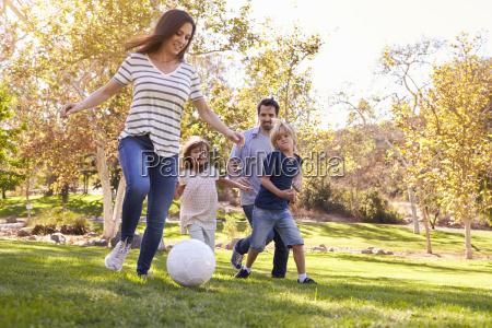 famiglia giocare a calcio in parco