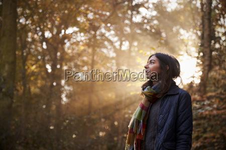 la donna cammina nella foresta di