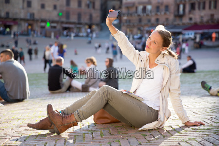giovane donna di messaggistica utilizzando