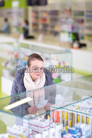 giovane donna in cerca di pillole