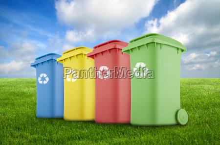 quattro recipienti variopinti di riciclaggio su