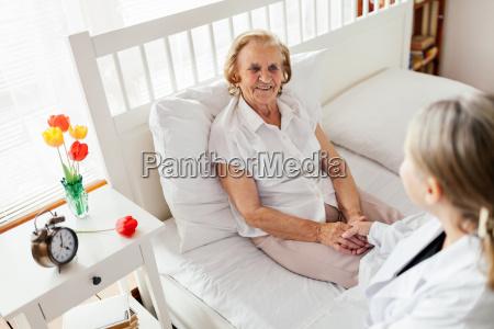 fornire assistenza agli anziani medico in