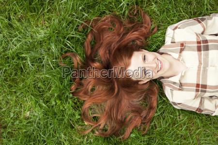 adolescente ragazza che giace in erba
