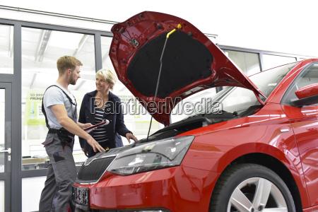 meccanico di auto con il cliente