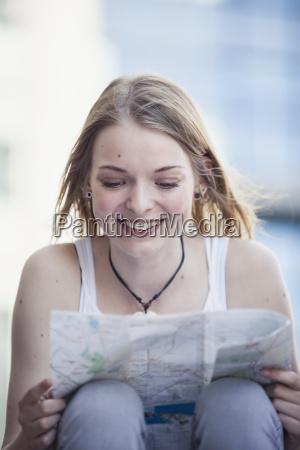 ragazza che viaggia da solo guardando