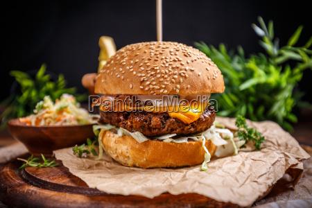 sabrosa hamburguesa de ternera asada