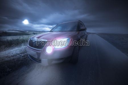 auto guida su una strada remota