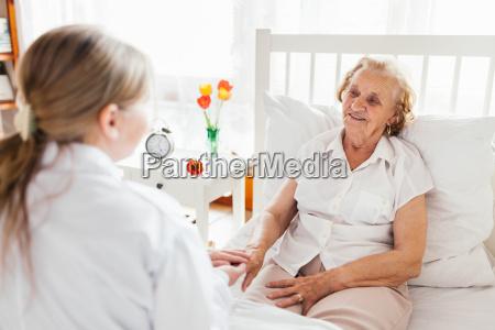 fornire assistenza agli anziani medico che