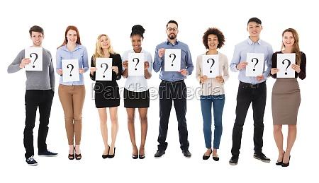 gruppo di studenti universitari con segno