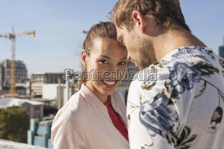 giovane coppia flirt