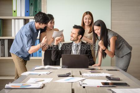 imprenditori felici dopo la firma di