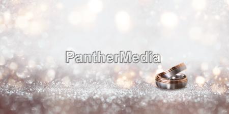 anelli di nozze su uno sfondo