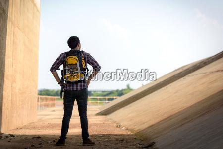 uomini uomo citta fotografia foto zaino