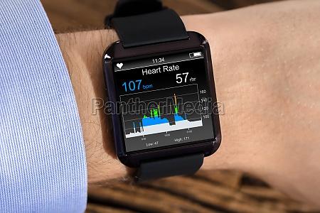 mano della persona che indossa orologio