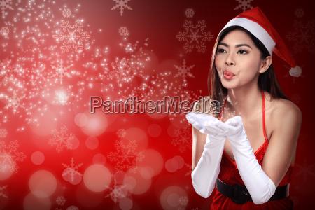 donna asiatica in costume santa claus