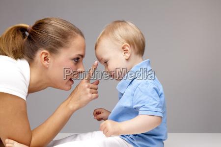 figlio gestualita mamma madre vista laterale