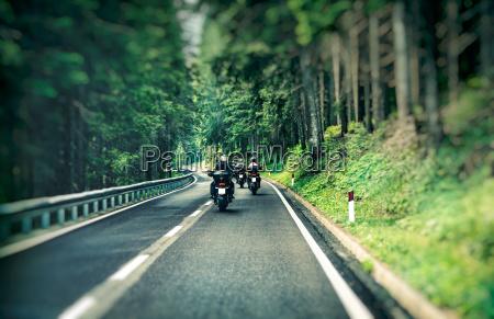 gruppo di motociclisti in autostrada