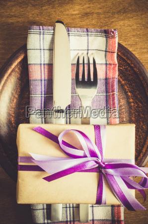 donna ristorante presentare cibo vacanza festeggiare