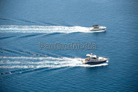 due barche che navigano nel mare
