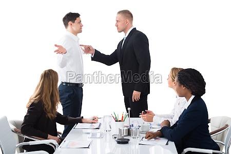 boss blaming maschio esecutivo in riunione