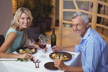 donna ristorante bicchiere risata sorrisi cibo