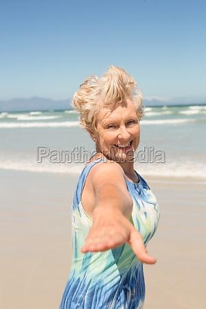 donna blu risata sorrisi primo piano