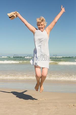 ritratto di donna felice anziano saltare