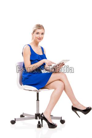 donna che lavora con un tablet