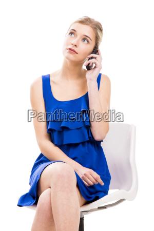 bella donna seduta su una sedia