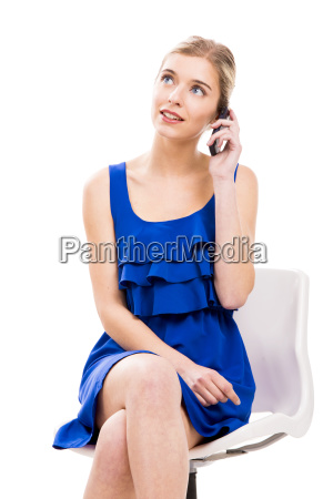bella donna che comunica dal telefono