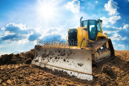 escavatore con cielo blu soleggiato sullo