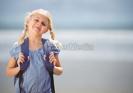 scolara contro la spiaggia sfocata