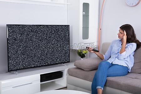 donna ottenere frustrato con glitch tv