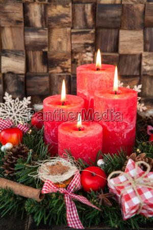 dettaglio legno avvento tradizione candele verticale