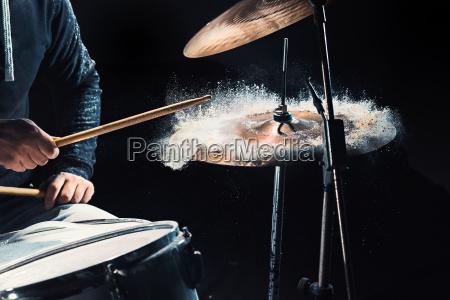 drummer prova sui tamburi prima del