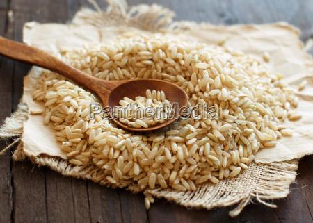 mucchio di riso marrone con un