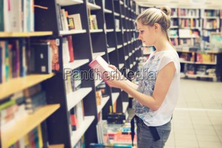 giovane donna che sceglie un libro