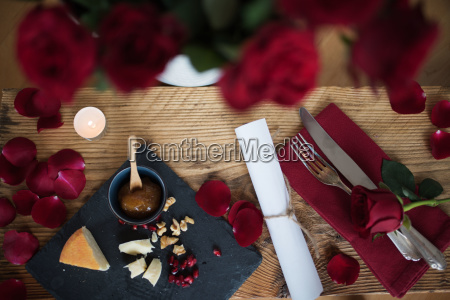 natura morta romantica per una cena