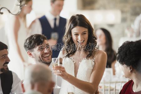 buona sposa e sposo stanno socializzare
