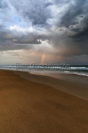 paesaggio spiaggia e oceano con arcobaleno