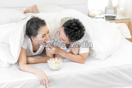coppie, che, fanno, colazione, sul, letto - 23592632