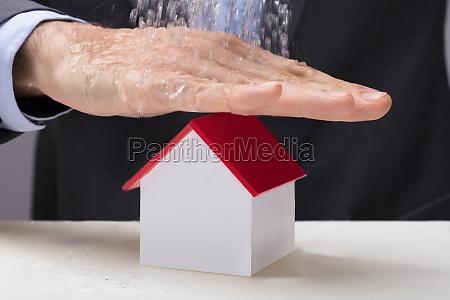 mano sopra il modello della casa