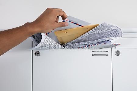 persona che prende lettere dalla casella